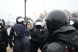 СКР одобрил законопроект о лишении свободы за вовлечение детей в митинги