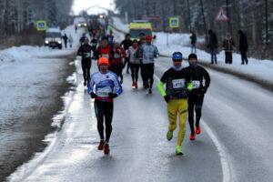 Движение и память: в Ленобласти бежали зимний марафон по Дороге Жизни