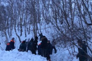 При сходе лавины у школы в Камчатском крае погиб один человек