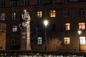 Памятники Маяковскому и Мусе Джалилю подсветили ко дню поэзии
