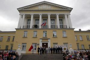 Губернатор поручил разработать программу реконструкции школ в центре Петербурга