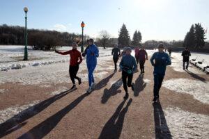 «Беговой девичник»: перед 8 марта петербургские спортсменки пробежали по центру города