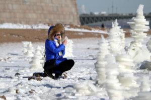 На пляже Петропавловской крепости появились ледяные туры