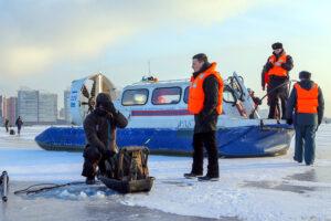 В Кингисеппском районе МЧС спасает большую группу рыбаков со льда
