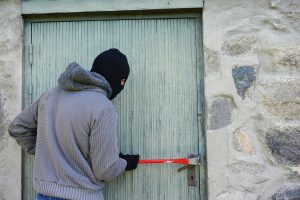 Из гаража в Выборге украли технику за 1,8 млн рублей